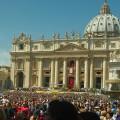 """""""La Plaça de Sant Pere, seu del Vaticà i escenari de la santificació d'aquest diumenge de Pasqua"""" Foto: Sara Centellas"""
