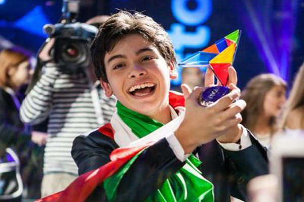 """""""Vicenzo Cantiello sosté el premi per tàlia de l'Eurovisió Junior 2014 amb 159 punts"""" Foto: junioreurovision.tv"""