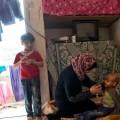 Font: ACNUR/L.Addario. Una refugiada siria ofereix aigua al seu fill, que pateix una malaltia.