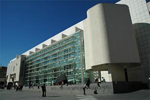 La façana del MACBA, a la plaça dels Àngels de Barcelona. (Foto: EFE)