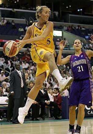 La Marta jugant amb les Sparks. (Foto: trendenciasbelleza.com)