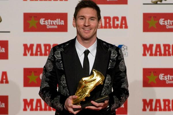 Leo Messi, recollint la pilota d'or a la gala de Barcelona
