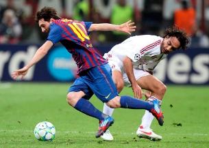 Messi supera Nesta en el partit de dimecres. (Foto: EFE)
