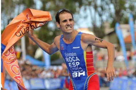 Roger Roca després de creuar la meta del Campionat de Món de Duatló que va guanyar a Gijón el 2011. (Foto: roger-roca.com)