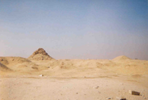 Una piràmide en mal estat a la necròpolis de Saqqara. (Foto: wikipedia.org)